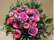 Ziedu pušķis no rozēm un zaļumiem Krāsa pēc izvēles.